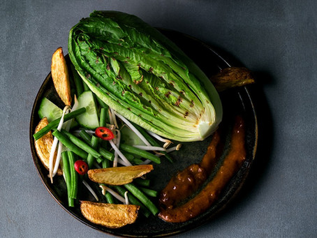 Gado gado-salade met ovenaardappeltjes