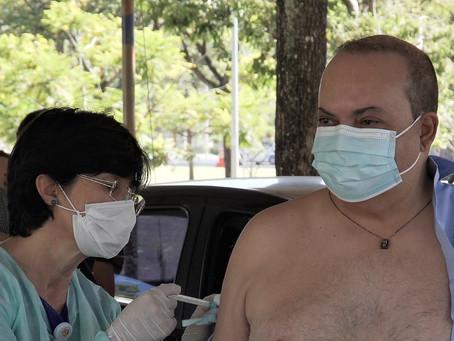 O governador Ibaneis Rocha recebeu a primeira dose da vacina contra Covid-19 nesta quarta-feira