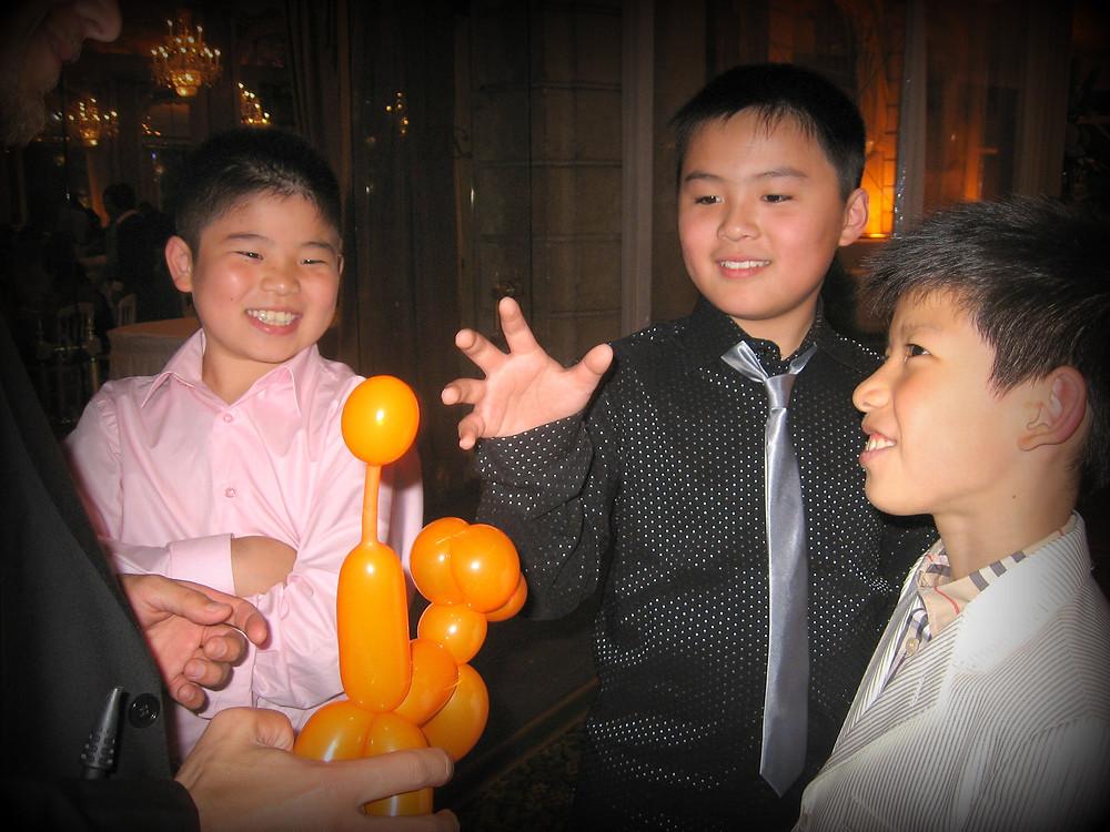 Prestation de sculpture sur ballons pendant un mariage.