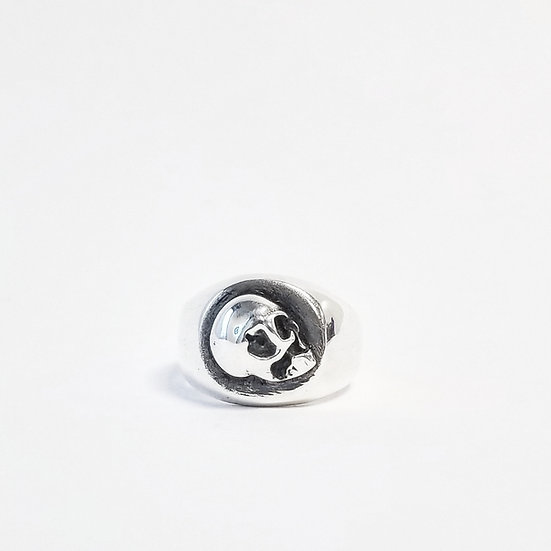 """AGAINST THE WALL' SKULL SIGNET RING"