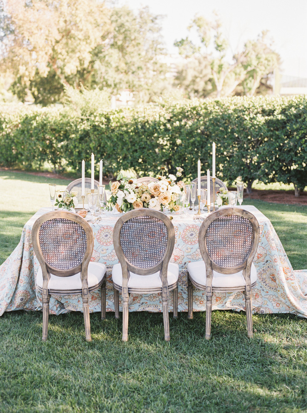 Summer wedding centerpieces in shades of yellow and ivory. Photo: Lianna Marie