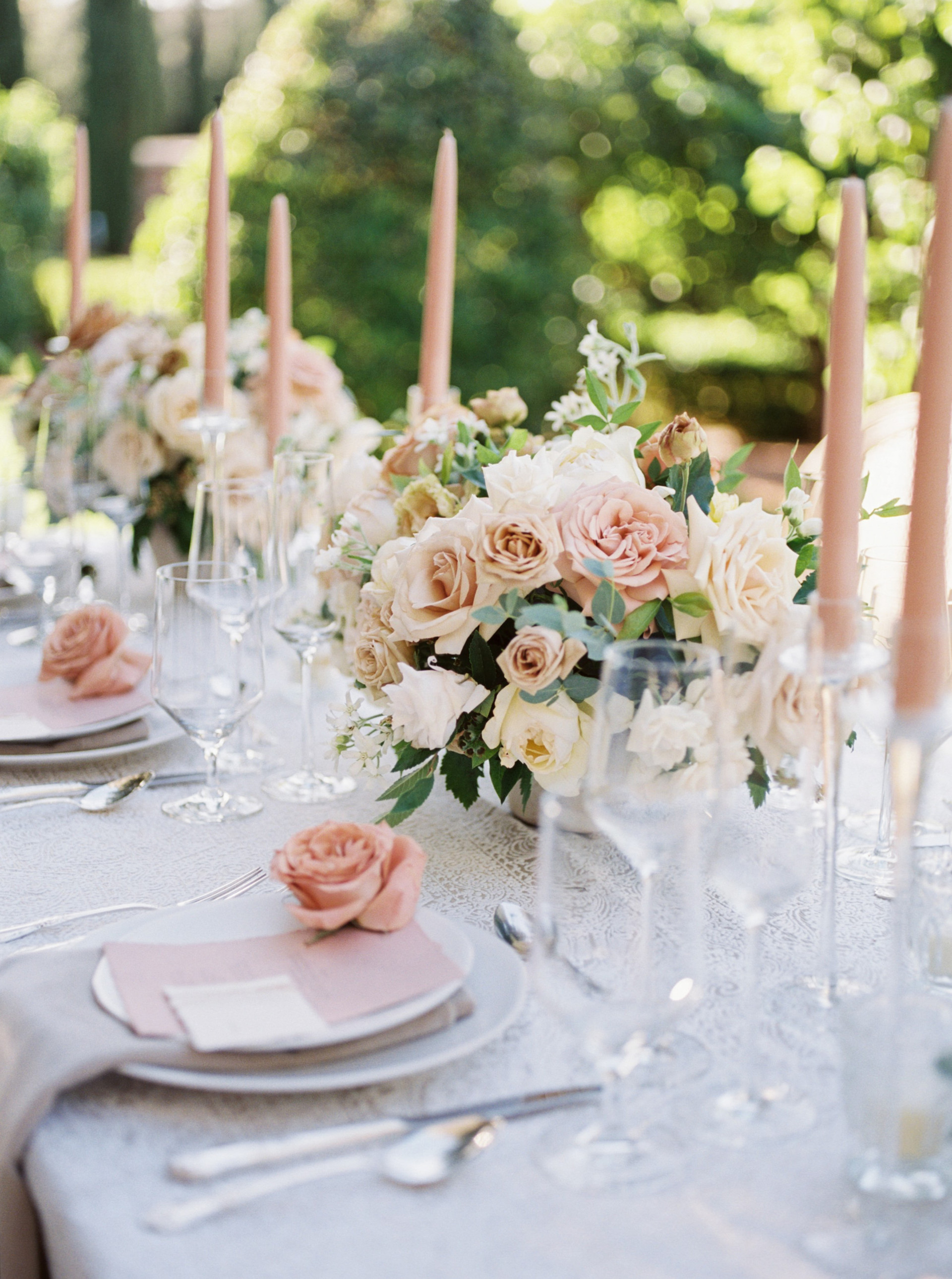 Centerpieces in shades of taupe and dusty rose. Photo: Lianna Marie