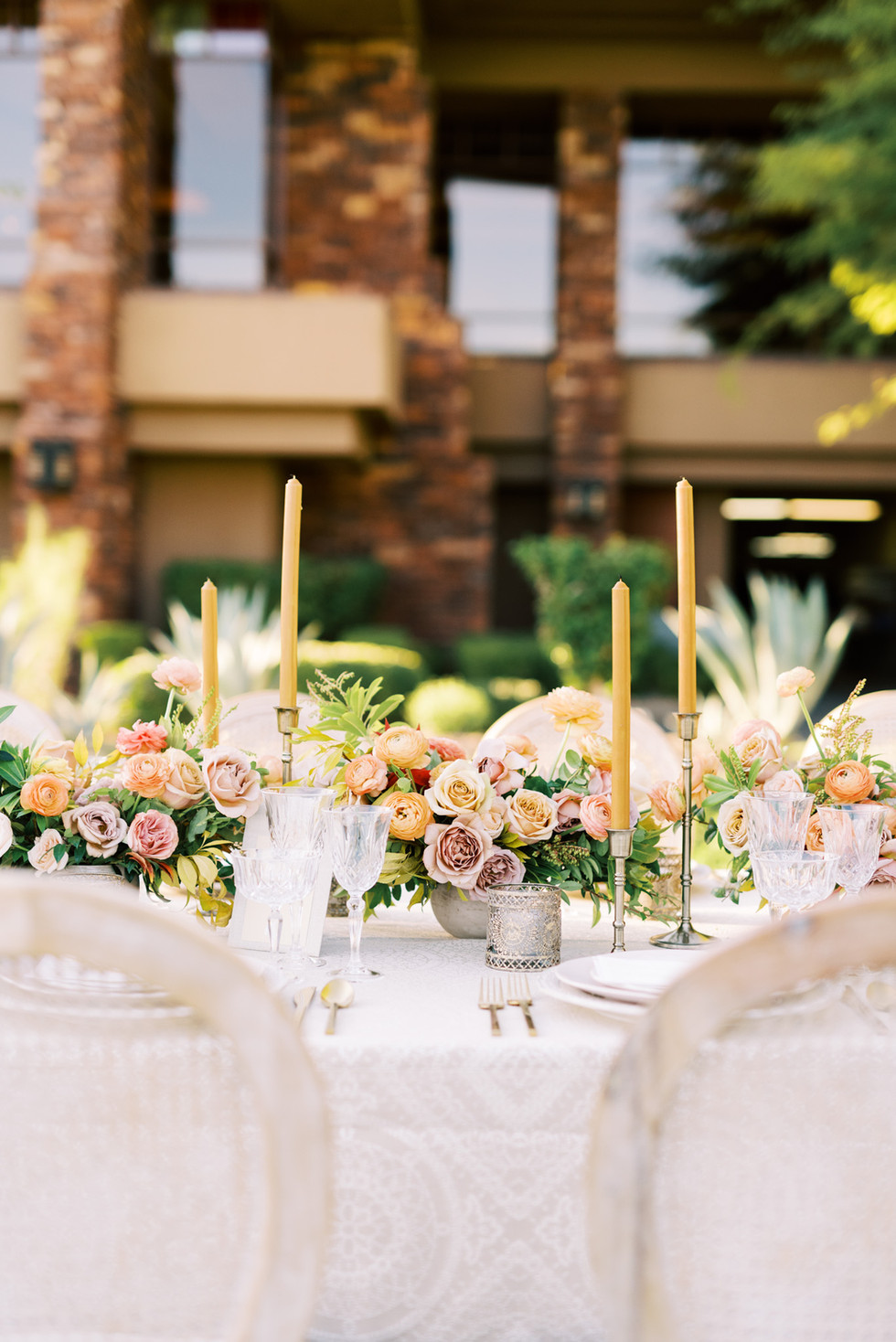 WEDDING CENTERPIECES WITH GARDEN ROSES AND RANUNCULUS IN SHADES OF MUSTARD, CORAL, AND TAUPE. PHOTO: KRISTEN KAY