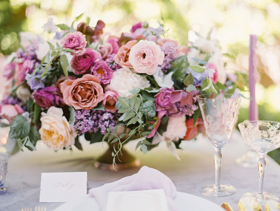 Wedding centerpiece with lilac, roses, sweet pea, ranunculus and jasmine. Photo: Gaby Jeter