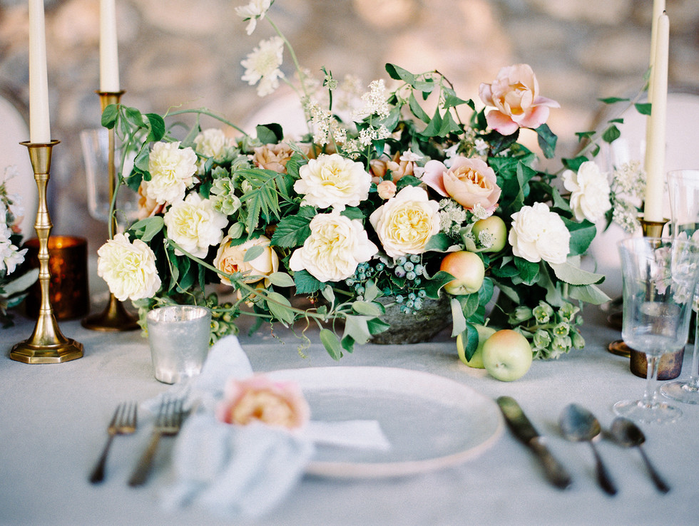 Organic wedding centerpiece with garden roses, lace flower, fritillaria, blueberries and apples. Photo: Shannon Elizabeth