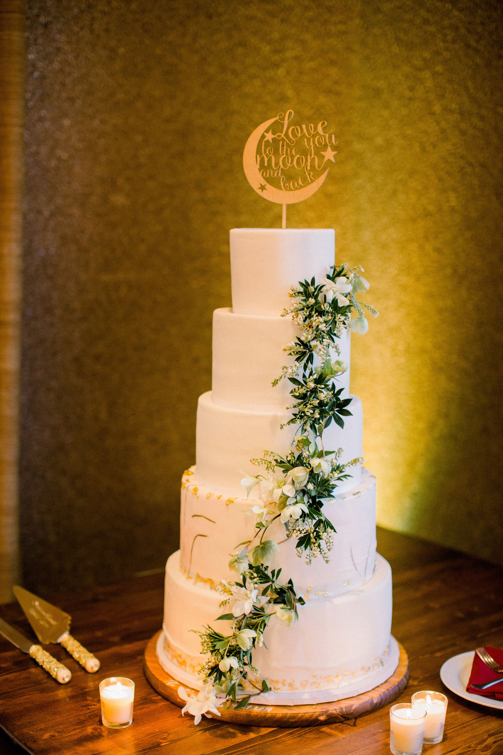 Cascading vines, orchids, and hellebore on wedding cake. Photo: Shannon Elizabeth