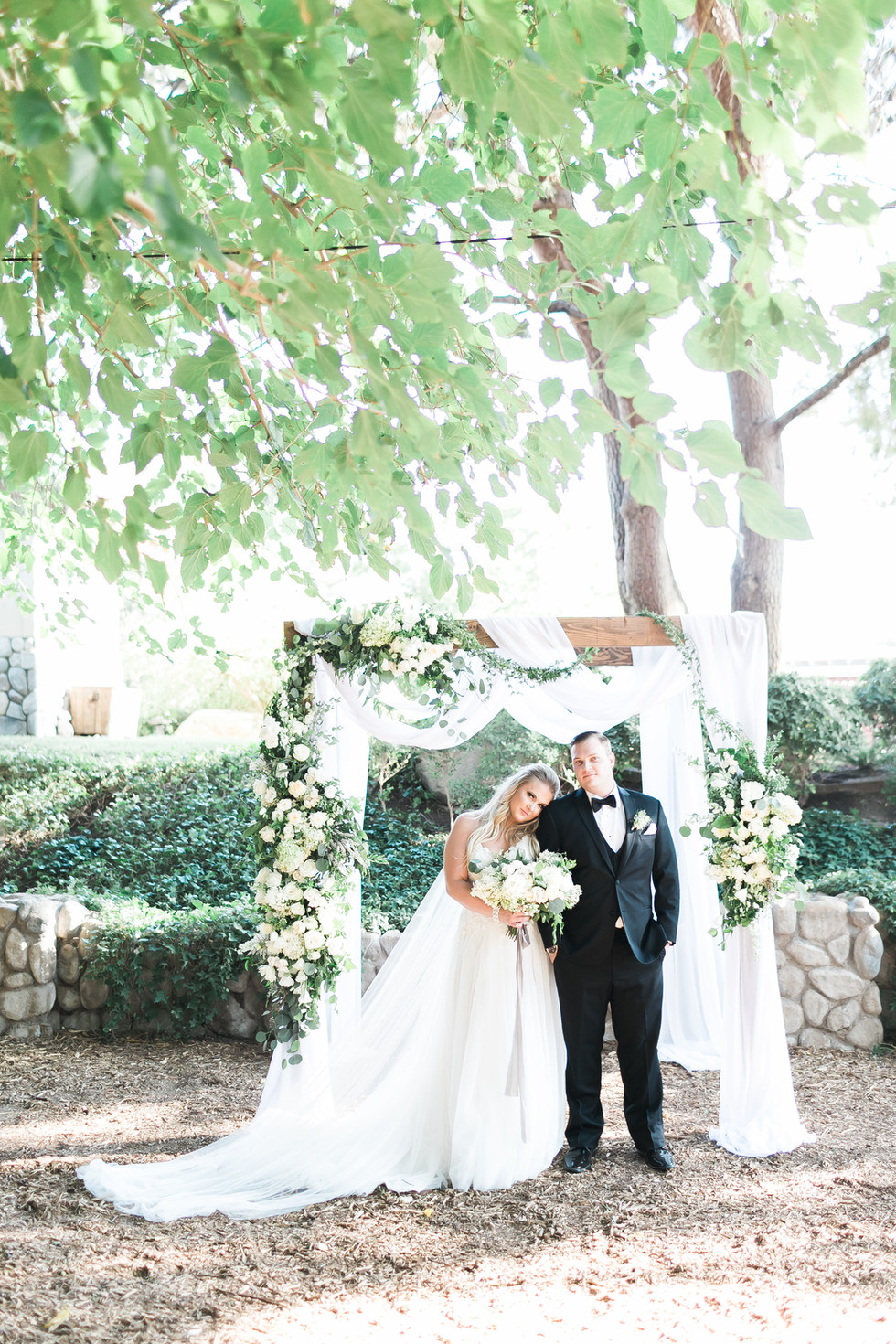 White and green arch florals, Legends Ranch, Las Vegas. Photo: Jodi Anne