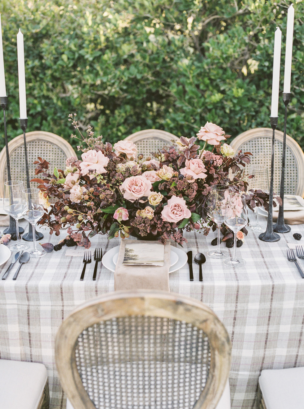 Dusty rose and brown centerpiece. Photo: Lianna Marie