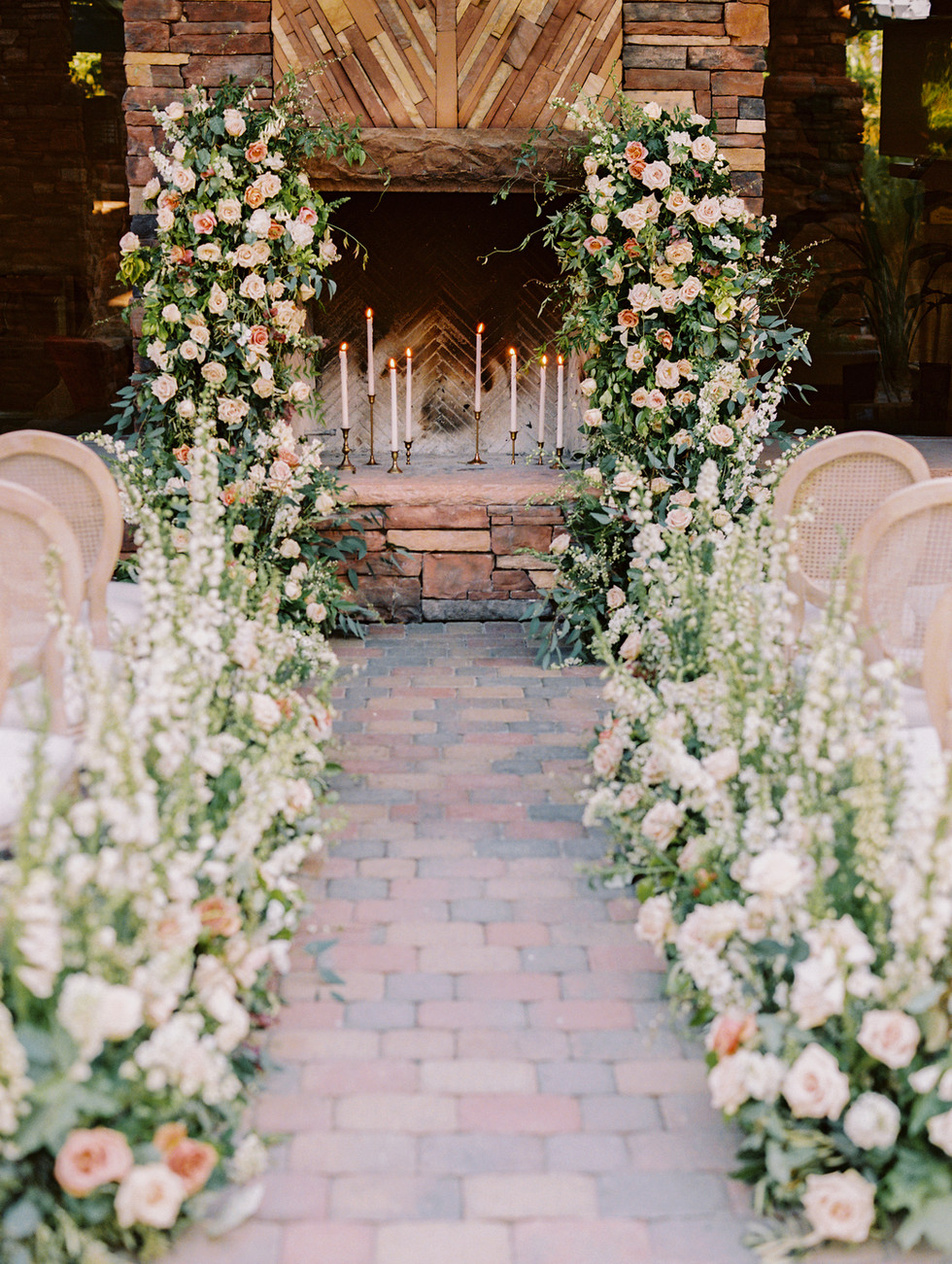 Romantic ceremony florals at Red Rock Country Club, Las Vegas. Photo: Gaby Jeter