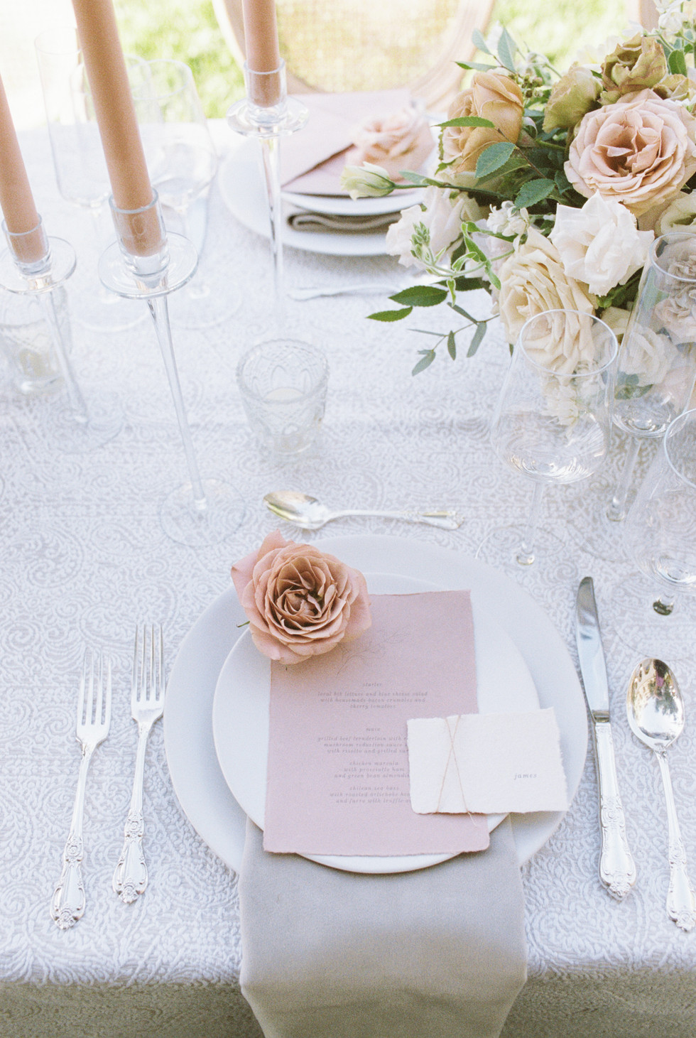 Cappuccino rose placed on dinner plate for wedding reception. Photo: Lianna Marie