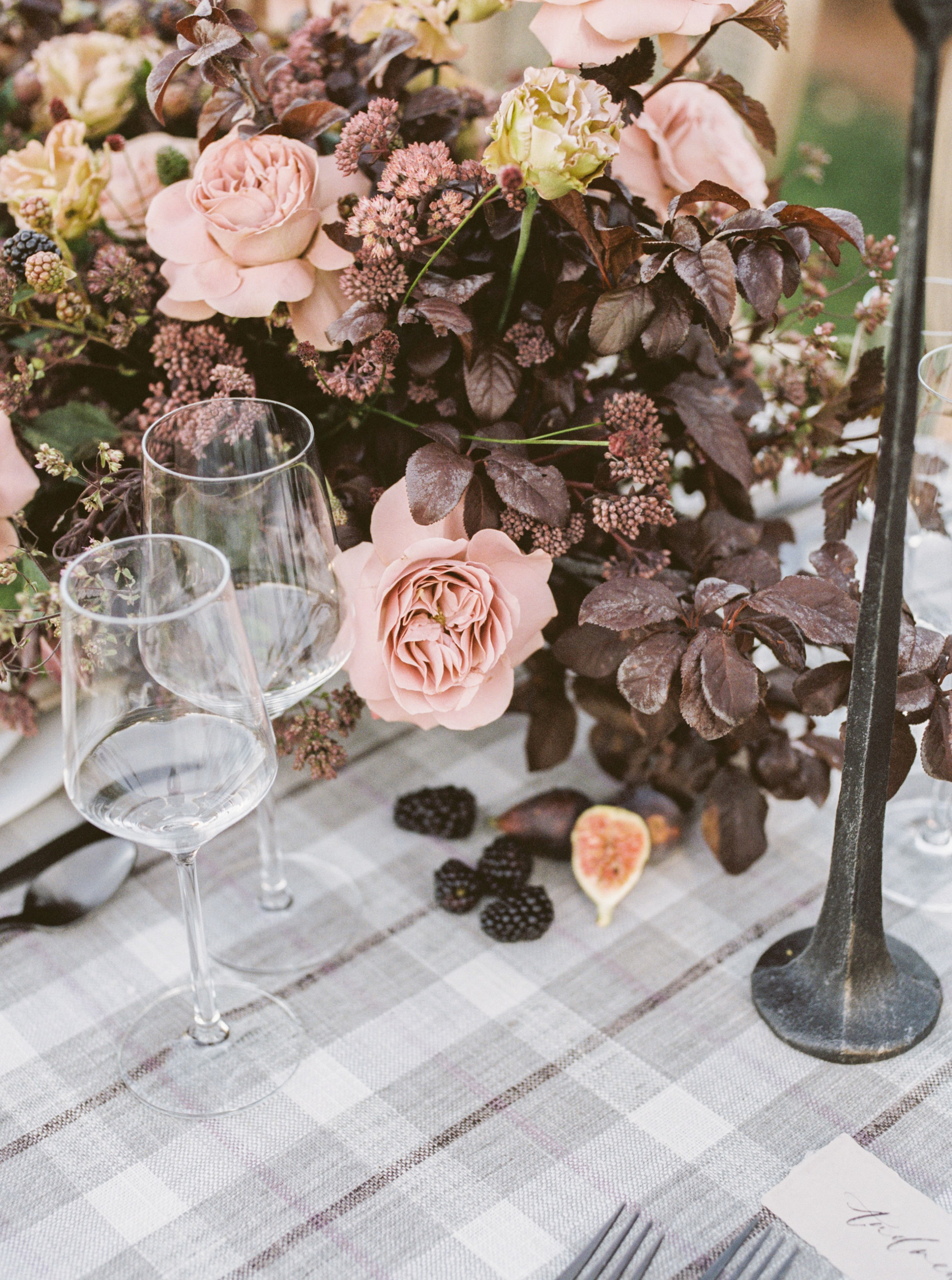 Fall centerpiece in shades of dusty blush and brown with fresh berries and figs. Photo: Lianna Marie