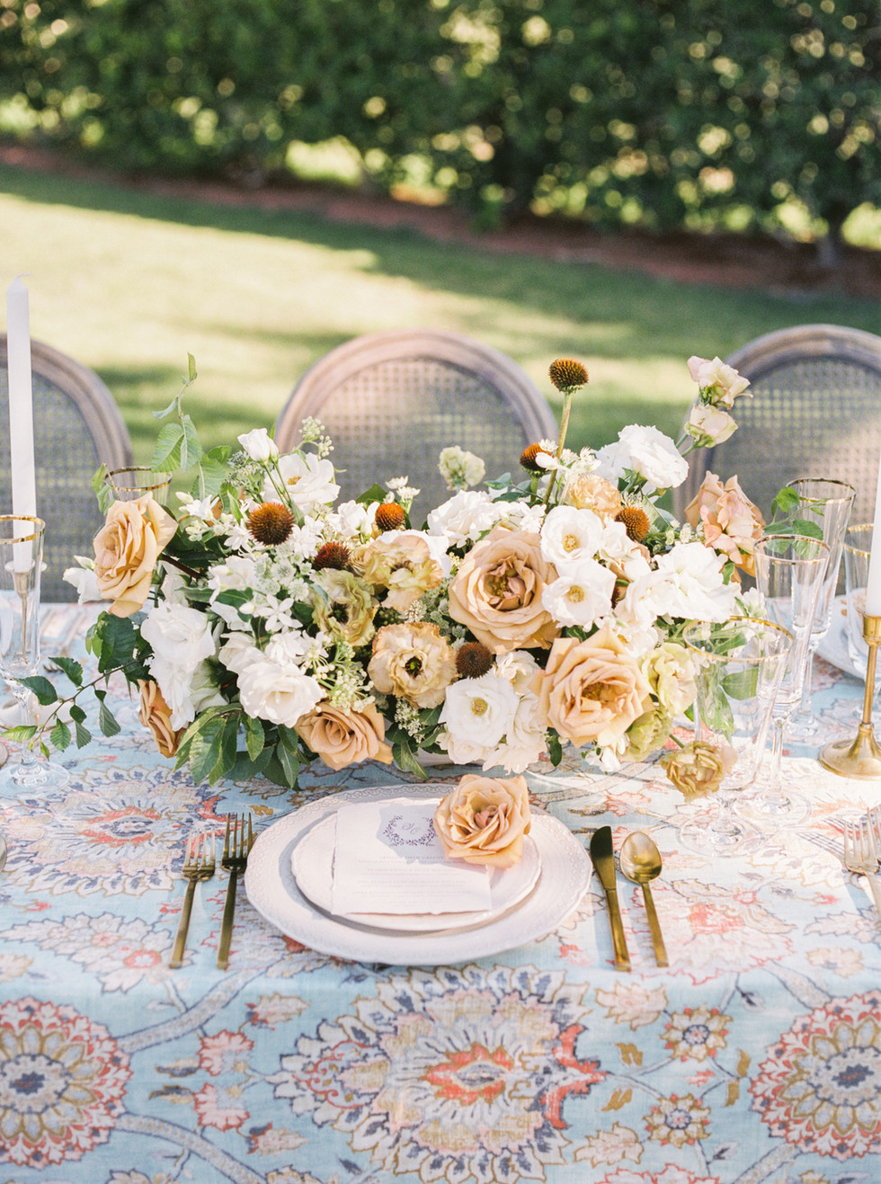Whimsical summer centerpiece with Toffee roses. Photo: Lianna Marie