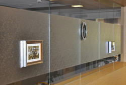 Transparate wand met fotoframe's