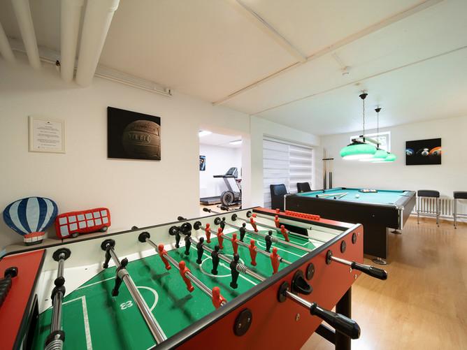 Hotel Spalentor Basel 010 Zusatzaktivitäten Billard und Tischfussball billiards table foot