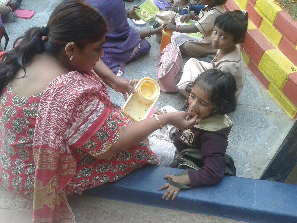 Latha ayudando a una peque con la comida :)