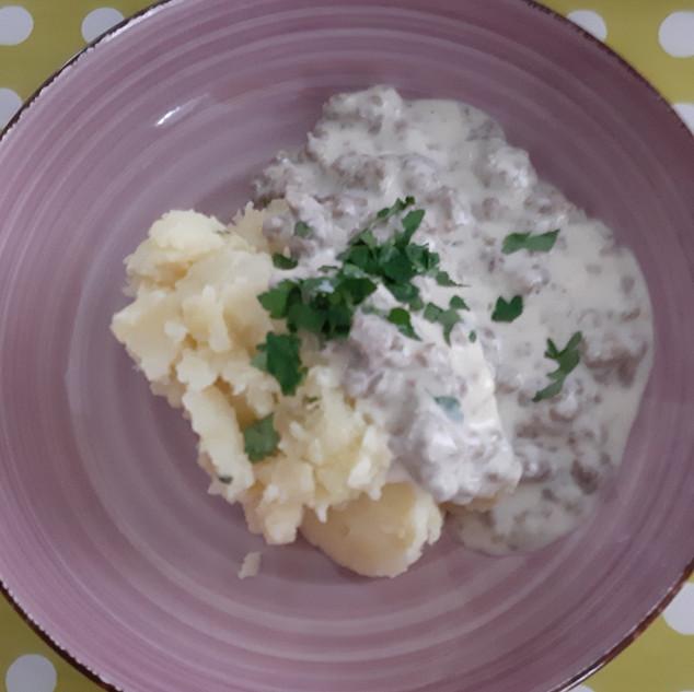Spitzkohl-Kartoffelstampf mit heller Hacksoße