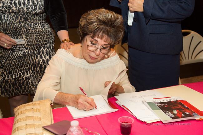 Presentó Colilá Eguía libro 'Feminicidios'