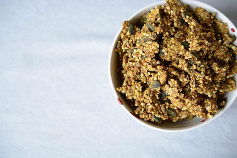 Recette de granola sarrasin et butternut, vegan, cru et sans sucre. Primesautier Traiteur Végétal à Nantes