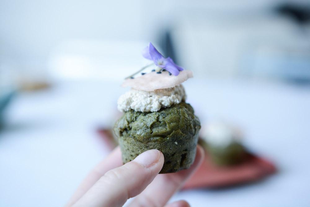 Moelleux aux orties, topping ricotta de tournesol et pickles de radis