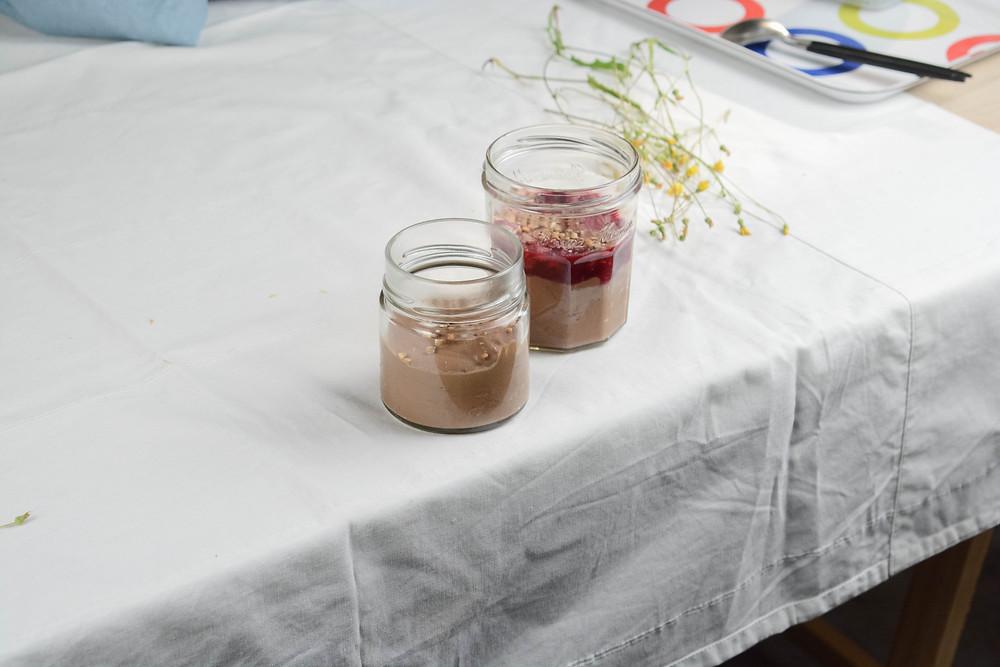 crème tofu chocolat et sarrasin, coulis de framboises | Primesautier traiteur vegan