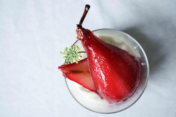 poire pochée hibiscus - Primesautier traiteur vegan