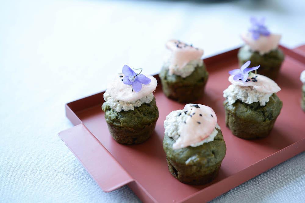Muffins vegan aux orties, ricotta de tournesol et pickles de radis