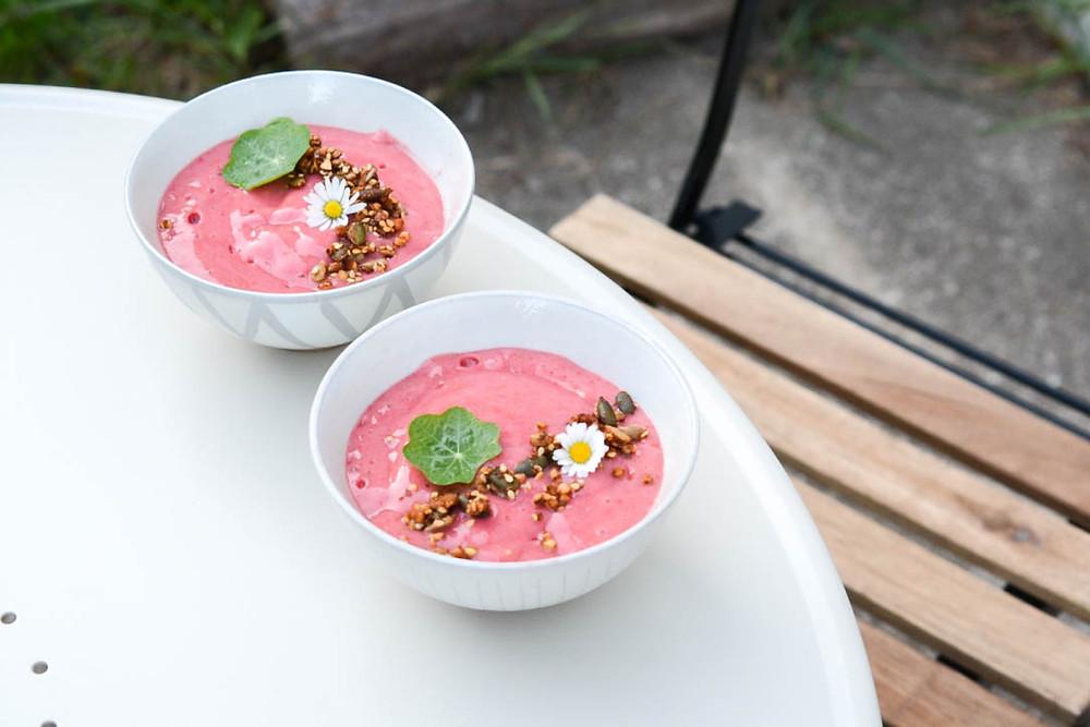 nice cream banane fruits rouges framboises groseilles granola maison fleurs comestibles du jardin