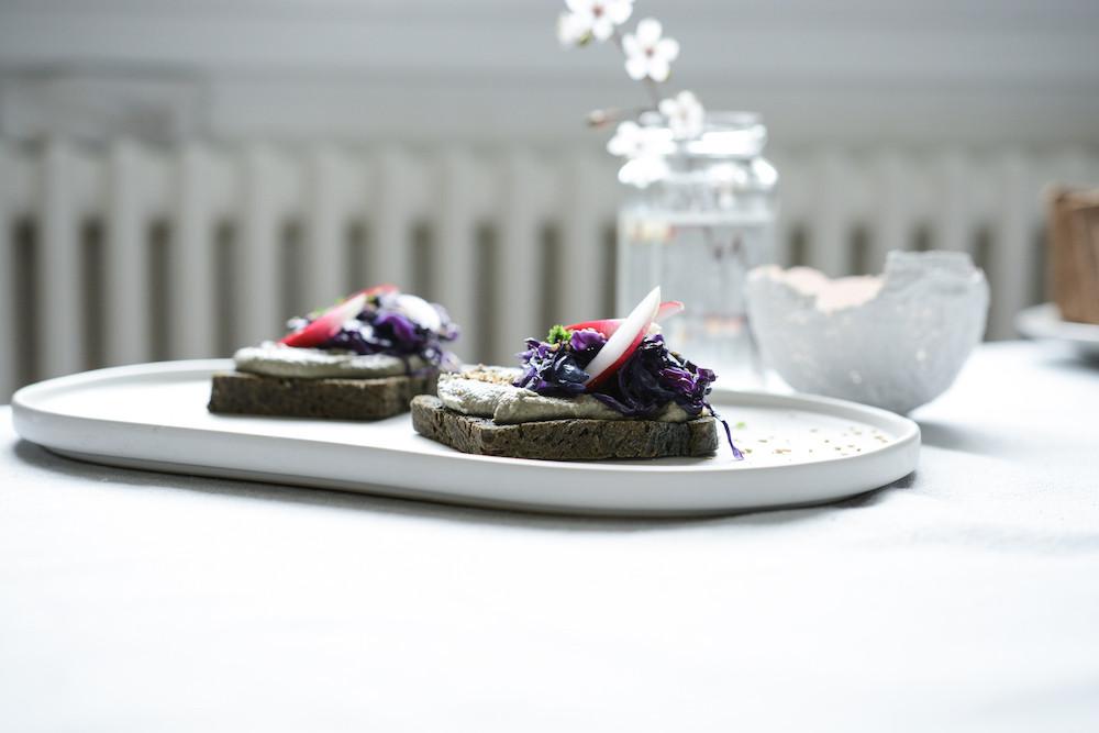 Houmous sésame noir et pain de mie au charbon végétal | Primesautier Traiteur Vegan