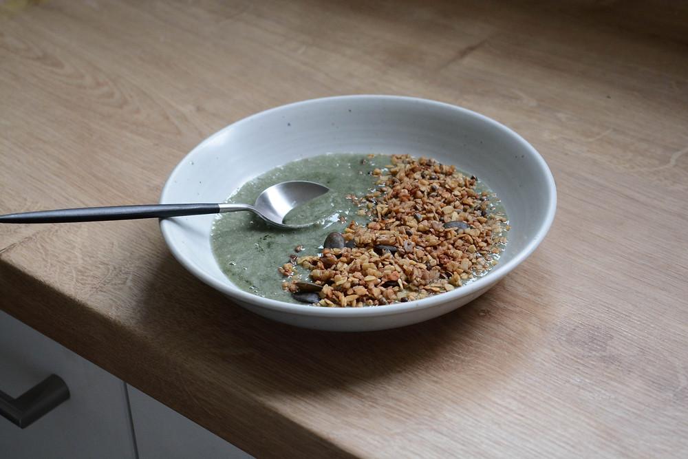 Smoothie bowl chlorelle et granola sarrasin vegan - Primesautier Traiteur Végétal