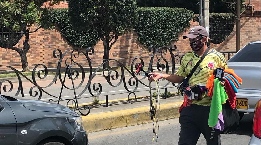 Luis Eduardo recorre la Avenida con el tiempo medido entre semáforos.