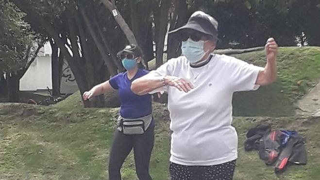 Adultas mayores le hacen frente a la pandemia bailando