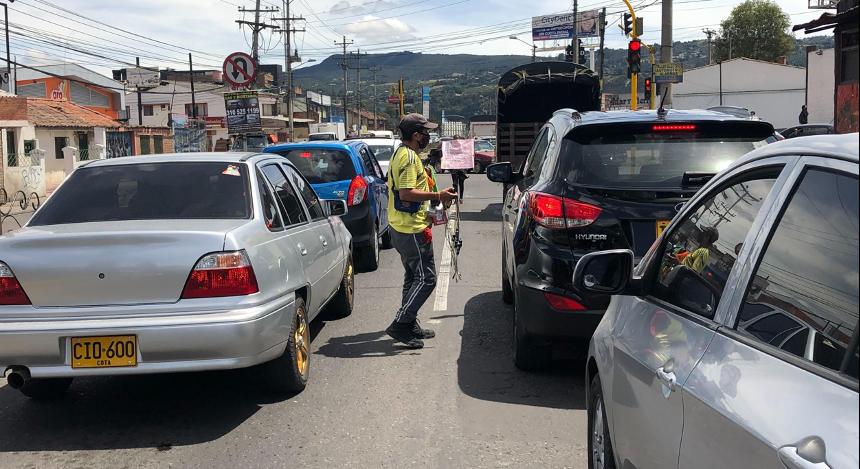 Luis Eduardo se adentra a la Avenida Pradilla para ofrecer sus productos a los carros que pasan.