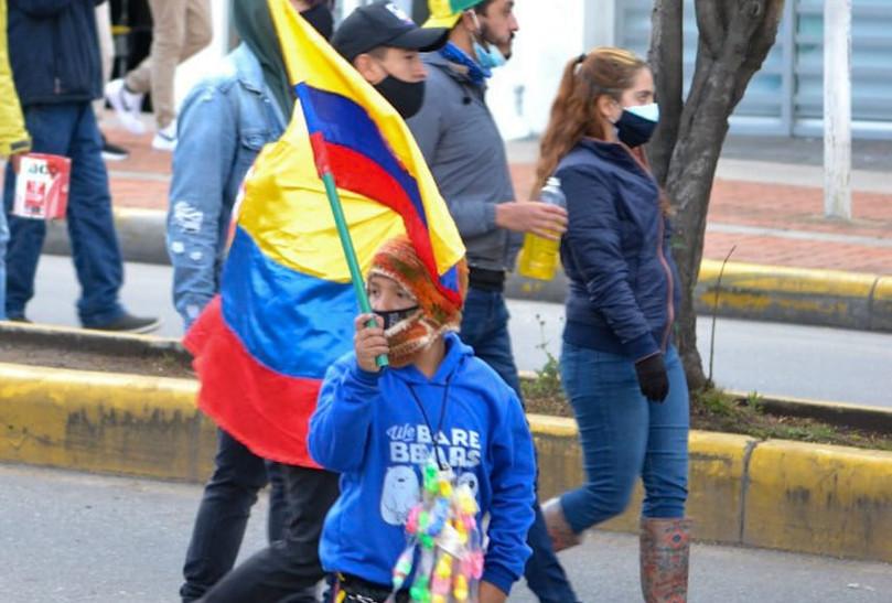En la protesta, se vieron varios grupos familiares, acompañados de niños y adolescentes.