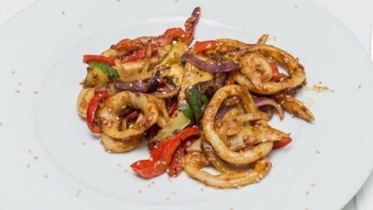 Calamares al wok con verduras  al estilo oriental