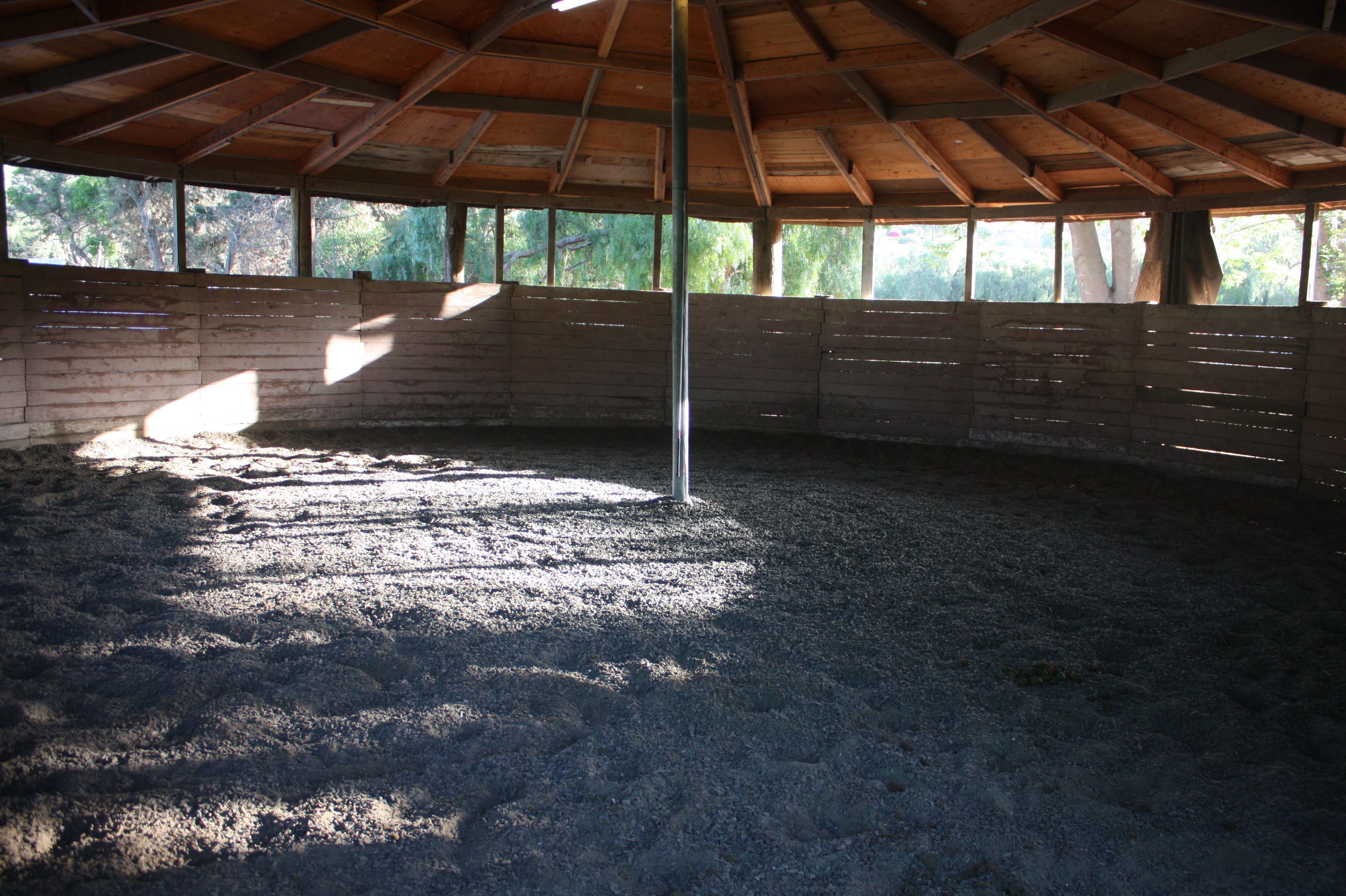 Fully Covered Round Pen