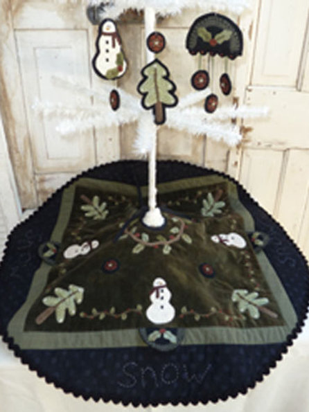 HTH351 - Snowy Forest Tree Skirt
