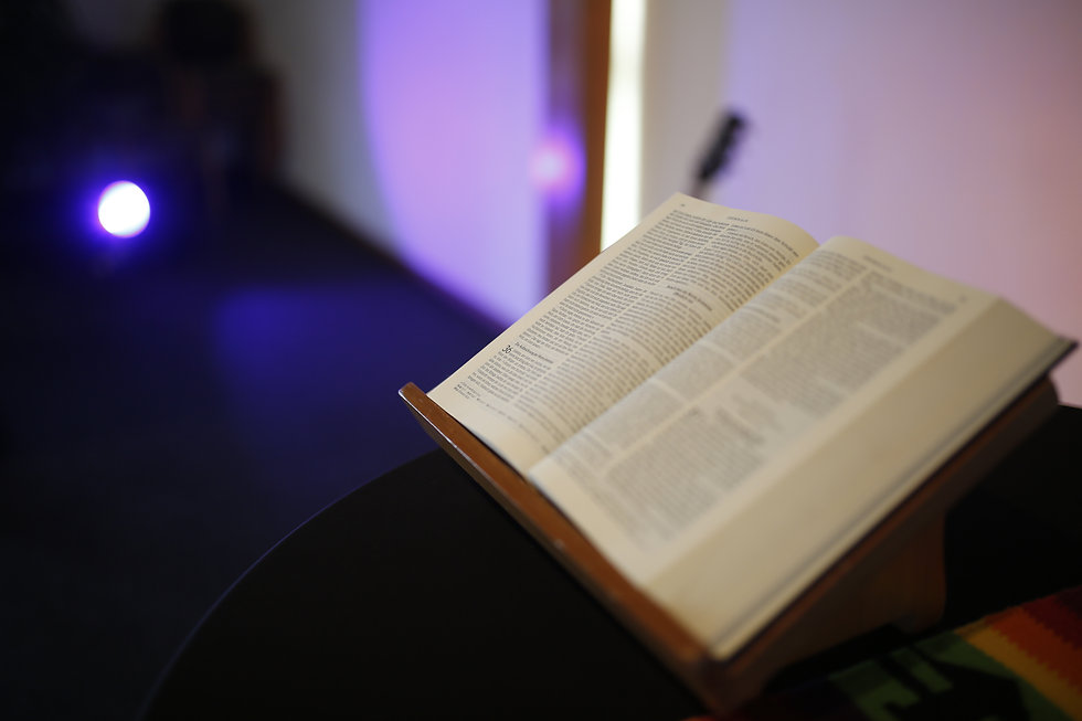 Bibel auf dem Abendmahlstisch der Lebensraum Gemeinde (EFG Wesel)