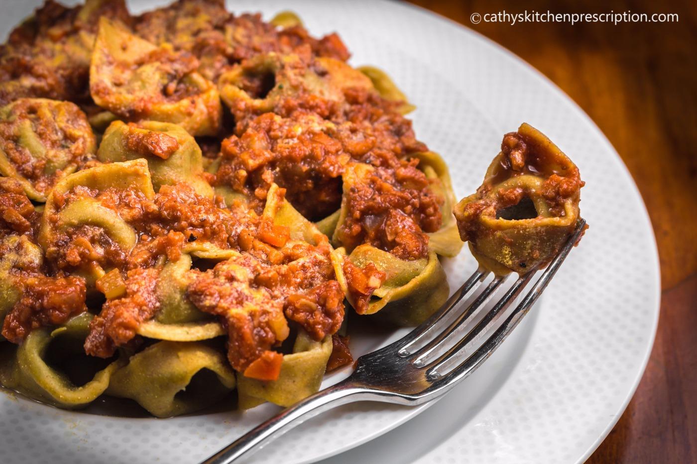 Tortellini a sugo bolognese (vegan)