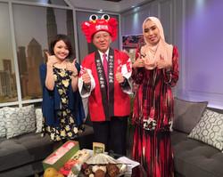 マレーシアの国営チャンネルRTM TV1のキャスターの方、鳥取県庁の代表の方と一緒に
