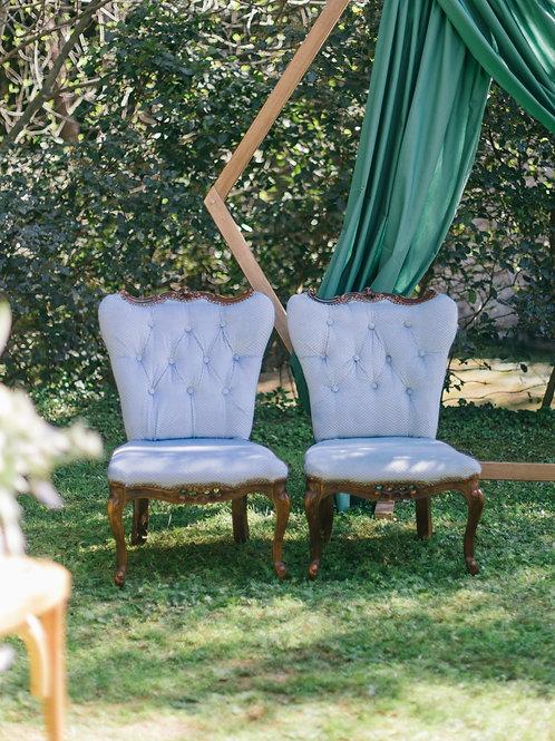 Les fauteuils capitonnés en velours bleu