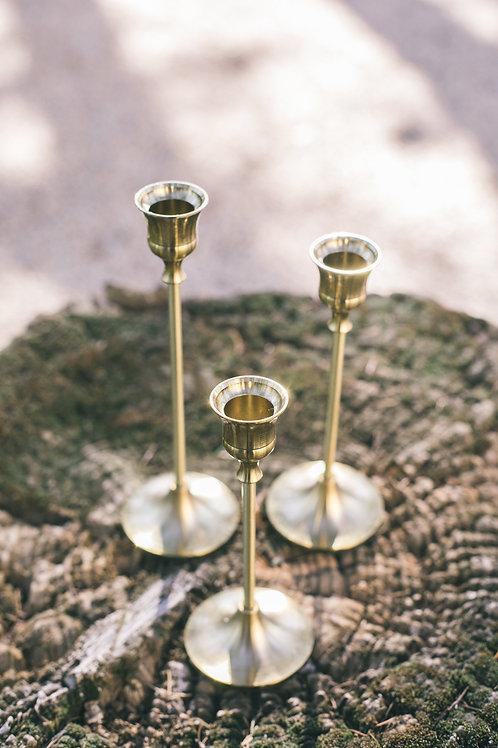 Le trio de chandeliers dorés