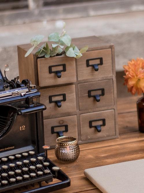 Le petit meuble à tiroirs en bois