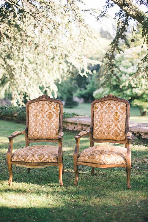 Les fauteuils en velours doré