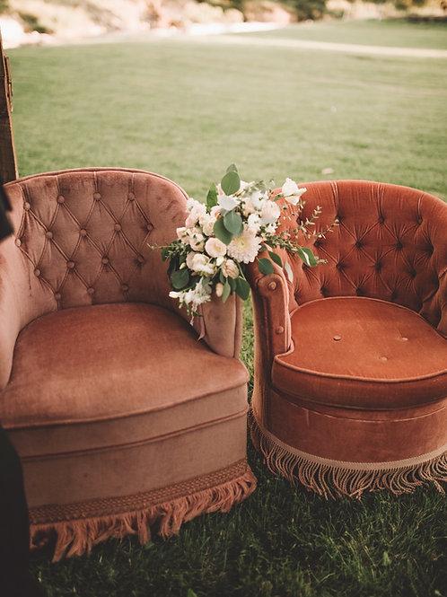 Les fauteuils capitonnés en velours rose