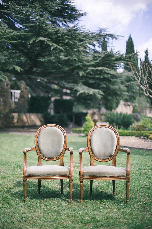 Les fauteuils médaillon en velours vert