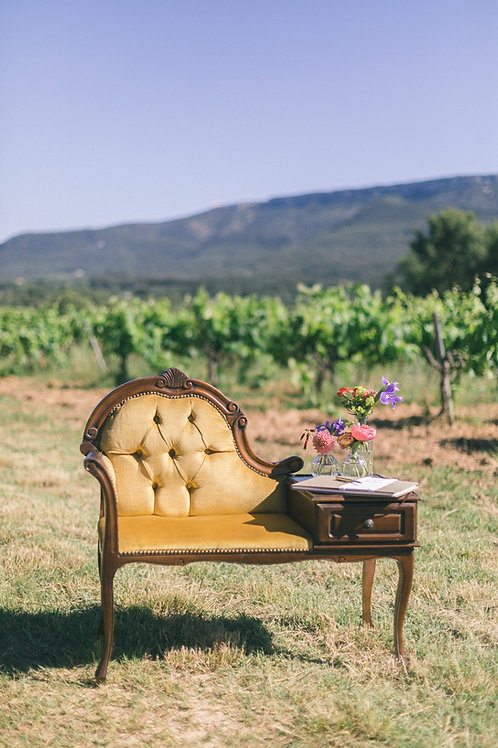 """Le meuble """"téléphone"""" en velours jaune"""