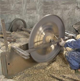 Enfin, les ouvriers martèlent les fissures et bouchent les petits trous en utilisant de la résine. Les retouches et les accords, le travail de polissage et la décoration sont des phases qui ont lieu simultanément.