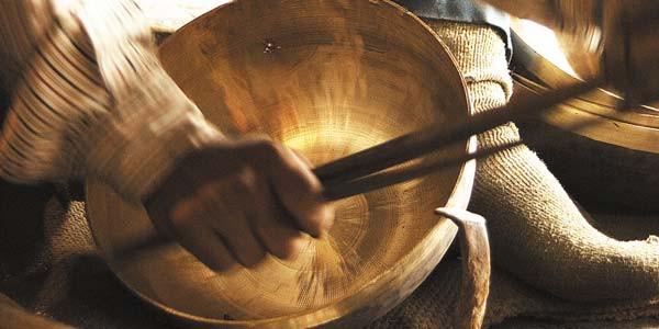 """Pour fabriquer un bol chantant d'environ 2 kg, il faut compter jusqu'à 6 ouvriers travaillant de concert pendant plus de 30 heures.   C'est le lien unissant la haute qualité des matières premières au savoir faire des forgerons ainsi que les contrôles, examens et choixminutieux effectués quigarantissent aux bols chantants """"Peter Hess"""" une qualité de son et de vibration optimale."""