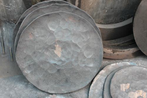 """On obtient alors une assiette de métal plus ou moins plate  légèrement courbée vers l'extérieur, ce qu'on appelle """" le lakar """"."""