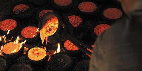 Le cuivre se liquéfie pendant la première phase. On ajoute alors de l'étain et on mélange les deux composants
